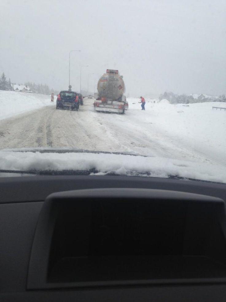 Śnieg, korki i auta w rowach. Fatalne warunki na drogach. Wasze relacje. http://kontakt24.tvn24.pl/sg/snieg-korki-i-auta-w-rowach-fatalne-warunki-na-drogach-wasze-relacje,190523.html