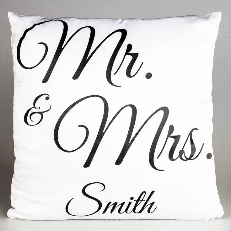 Hoe leuk is dit personaliseerbare kussen met opdruk als huwelijkscadeau voor het gelukkige paar! #wedding #idea #cadeau