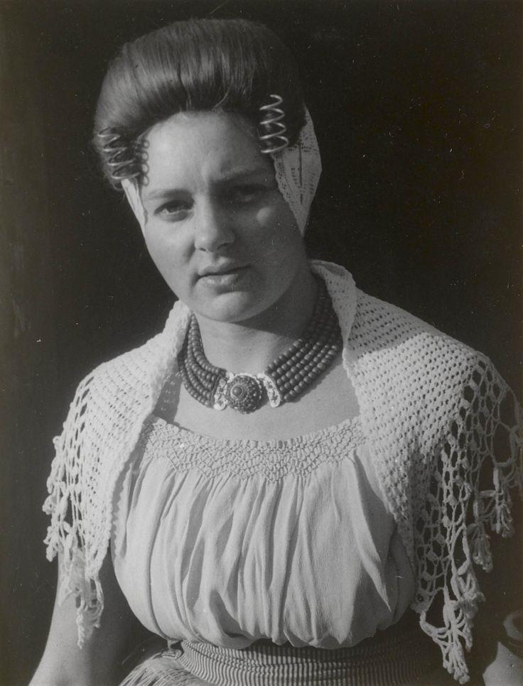 Vrouw in Walcherse streekdracht uit Westkapelle. 1944 #Zeeland #Walcheren
