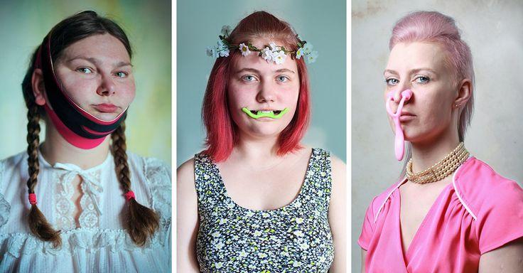 """La fotógrafa Evija Laivina ha vuelto sus retratos virales en la serie """"Guerreras de la belleza"""", una galería con el lado ridículo de los productos milagro"""