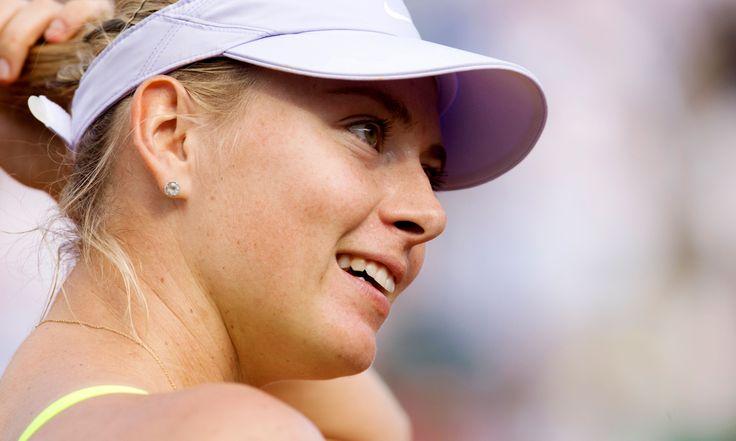 """Kadın Tenisçiler Birliği'nin yaptığı açıklamaya göre, tekler kariyerinde 4′ü """"grand slam""""lerde olmak üzere 29 şampiyonluğu bulunan 26 yaşındaki ünlü raket Maria Sharapova, geçen yılın ağustos ayında kurduğu şeker firmasının ardından bu sefer de cildi zararlı güneş ışınlarına karşı korumasının yanında cilt bakımı da yapma iddiasındaki Supergoop firmasıyla ortaklık anlaşması yaptı. devamı için blog.askmoda.com bloğumuzu takip ediniz.."""