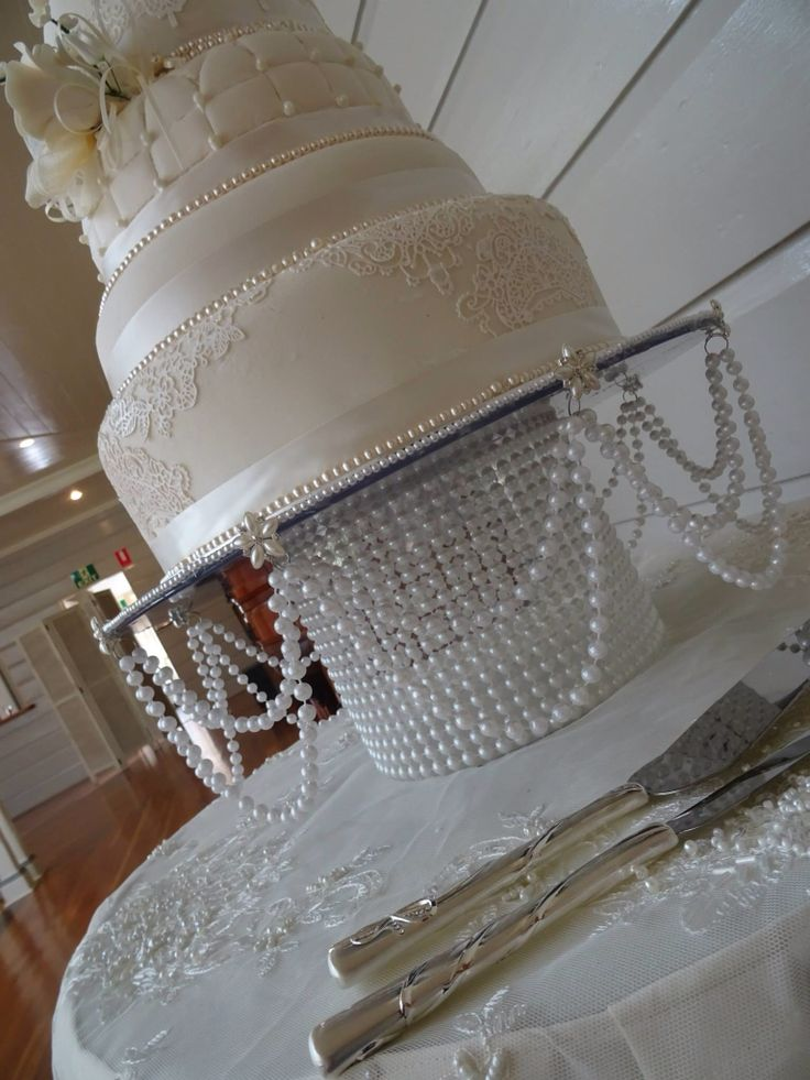 Pearl cake stand : Vintage wedding cake ideas