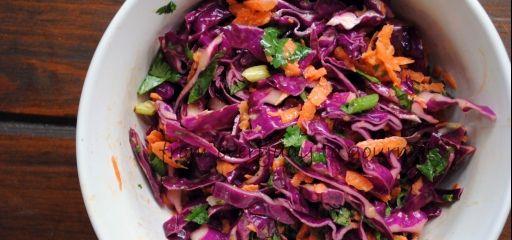 Kleurrijke salade in Utrecht  http://www.thuisafgehaald.nl/koks/juuth/fruitige-koolsalade-met-quinoaburger-en-pittige-kerriesaus/item78009