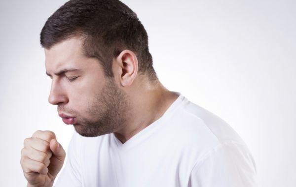 Tosse e catarro svolgono la naturale funzione nel corpo di mantenere i polmoni e le vie respiratorie pulite dal muco. Quindi esistono perché sono anche