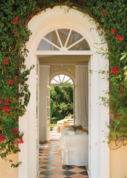 Entrada con puerta en arco y suelo de damero hogar for Villa puerta del sol