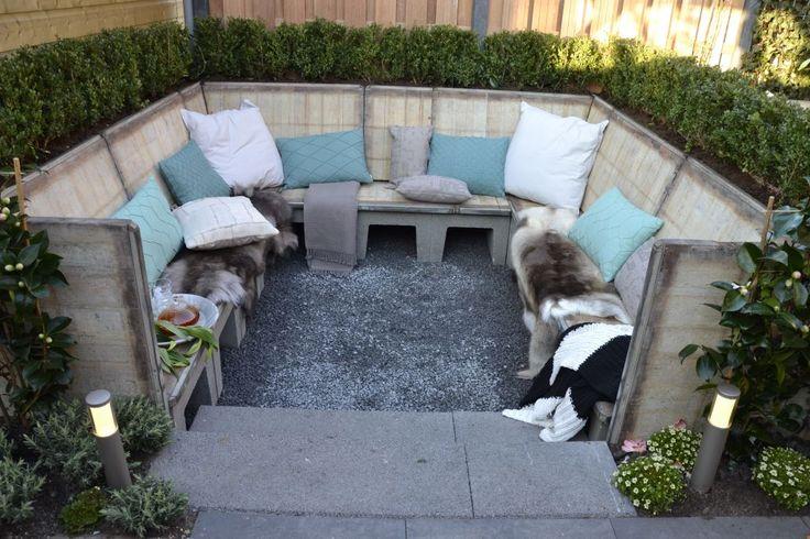 Loungebank gemaakt van steenschotten in het programma Eigen Huis & Tuin gesponsord door Houthandel Woerden.