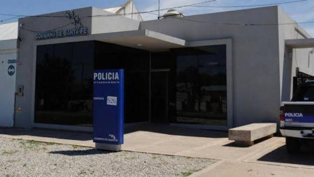 ROSARIO: ALLANARON COMISARIA POR ROBO Y ENCONTRARON SECUESTRADA A UNA MENOR DE 13 AÑOS   Rosario: allanaron Comisaría por robo a Bancos pero encontraron secuestrada a una niña de 13 años En uno de los allanamientos que se llevó a cabo en la mañana del jueves 22 para dar con los ladrones del Banco Credicoop de General Lagos se encontró a una menor en la subcomisaría 26ª que hacía una semana estaba desaparecida. Un jefe policial cuatro efectivos y tres civiles fueron detenidos este jueves…