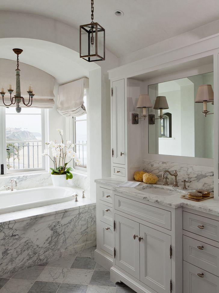 Klasyczna…   Klasyczny pomysł na łazienkę łączy elegancję z efektem świeżości i czystości. Króluje naturalnie biel i jej odcienie (np. ekskluzywny marmur), a także różne warianty niebieskiego, łącznie z ciemnym granatem.     #łazienka #dywanikiłazienkowe #dekoracje #DecoArt24