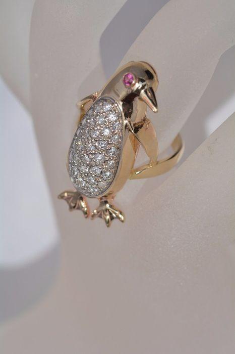 Prachtige goud gele Ring met 34 diamanten en één Ruby  ring gemaakt met een schattige pinguïn vormset met 34 diamant zeer wit brilliantsAfgewerkt in goud met hand gemonteerd 585 geel gouden instellingde rang en de carat is hallmarked op de binnenste ring band.Alle diamond gewichten kleur en helderheid beschrijvingen zijn professionele benaderingen.De stenen werden niet verwijderd uit hun mount voor de beoordeling.Dit om het behoud van de integriteit van het stuk.Diamanten gesneden briljante…