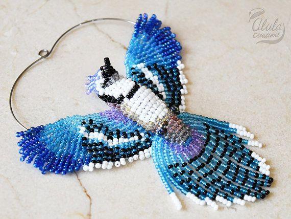 Cet oiseau perlé 3D est utilisé pour Suncatcher Geai bleu, oiseau perlé, décor suspendu, ornement de travail perle, collier oiseau, oiseau amoureux cadeau, Figurine d'oiseau ou bleu oiseau cadeau. C'est inspiré par oiseau Geai bleu.  > Dimensions approximatives: W 3 1/2 pouces (9 cm) H 3 3/4 po (9,5 cm) / 4 1/2 pouce (2,5 cm) d'accrocher le fil D 1 pouce (2,5 cm)  === options de finition 4 ===  > 1. Capteur / décor de fenêtre / miroir Decor Avec cette option, ce magnifique oiseau perlé est…