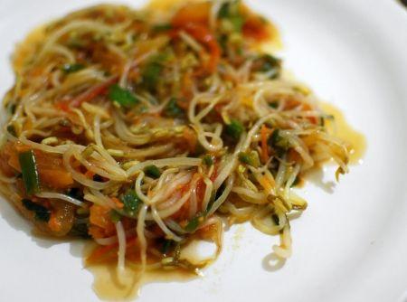 salada de broto de feij�o - Veja mais em: http://www.cybercook.com.br/receita-de-salada-de-broto-de-feijao.html?codigo=99324