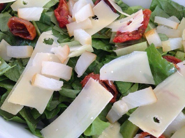 salat med soltørrede tomater og hellefisk