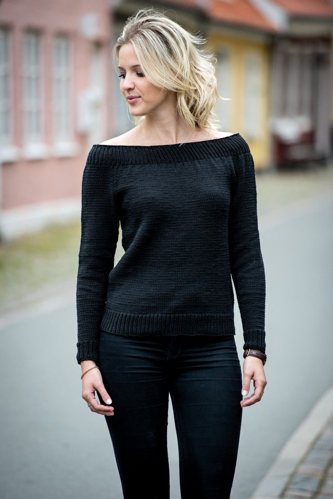 1496: Sort bluse med stor halsudskæring i Mayflower Cotton 2. Fra Efterår/Vinter kollektion 2016. [Strikkeopskrift, Garn, Pattern, Knitting, Autumn/Winter 2016]