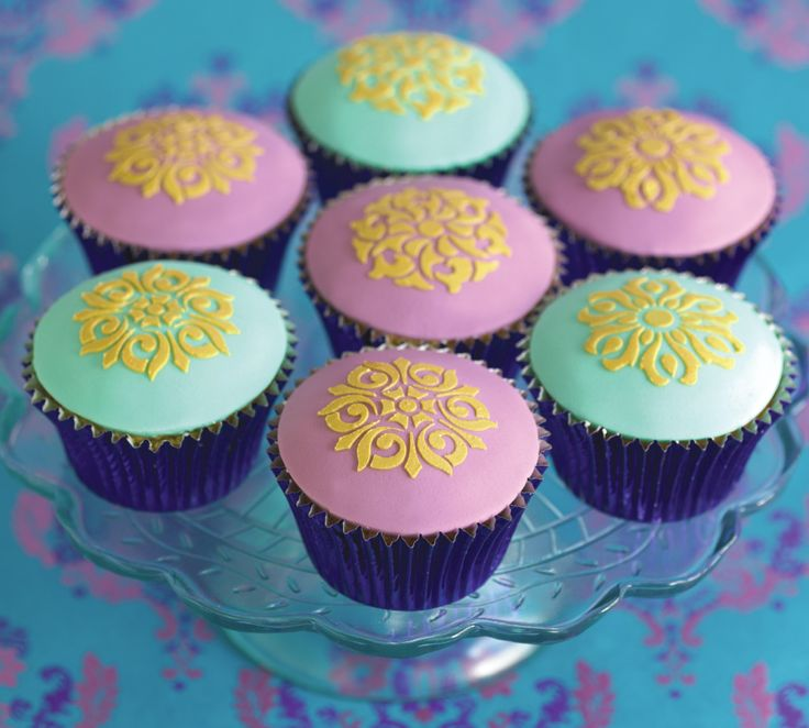 Use your Designer Stencil to create these filigree cupcakes included in Issue 6 when you sign up for #mycakedecorating