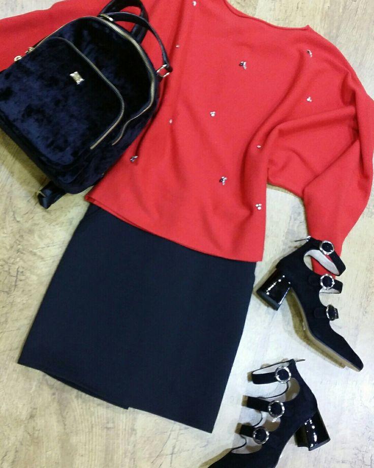 ¡ Buenos dias ! Hoy os proponemos: Falda corta de Naf Naf Jersey rojo de manga murciélago con pequeñas aplicaciones y perlas Zapato de tacón ancho con aire vintage Mochila negra de terciopelo