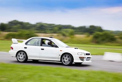 Ekstremalna jazda Subaru na torze wyścigowym