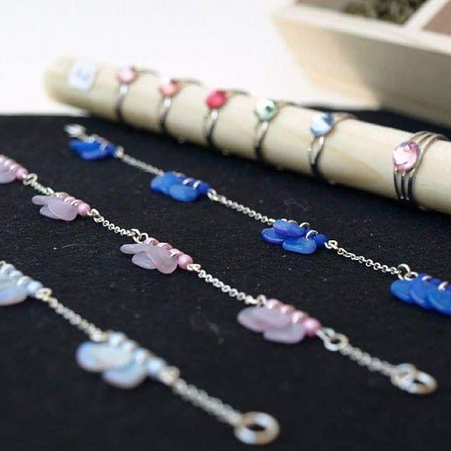 Bracelets pétales et bagues cabochons cristal Swarovski Tous les matériaux disponibles au Comptoir à perles ou bijoux tous faits si vous préférez! #lecomptoiraperles #perles #bijoux #faitmain #DIY #couleurs #pastel #création #bracelets #bagues #beads #jewels #jewelry #handmadejewelry #handmade #colors #fashion #rings #Swarovski #cristal #tendance