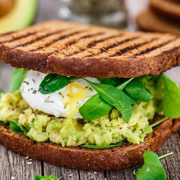 Sandwich au guacamole et œuf poché