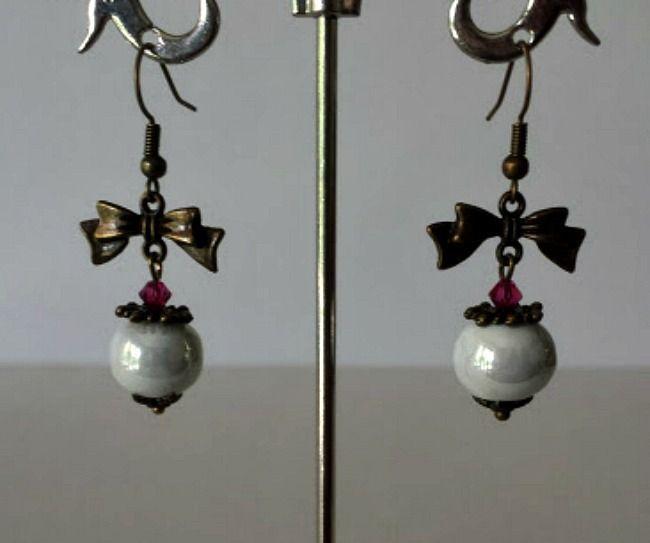 Boucles d'oreilles avec petit noeud alliage cuivre , perle céramique artisanale gris perle ,fine entretoise , toupie : Boucles d'oreille par creationsannaprague