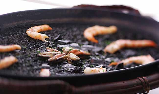 Hoy aprovechando que tengo pescado, voy a hacer una receta de arroz negro en la Thermomix, un plato típico del Mediterráneo y que aparte de bueno, es muy sano.