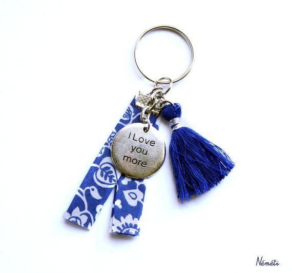 Porte clés liberty bleu blanc émily - médaille gravée I love you more - pompon bleu
