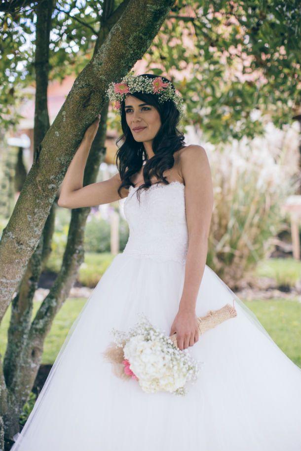 Editorial Al Natural. Bouquet de novia con hortensias y rosas, corona de flores naturales para tu boda estilo campestre -- Editorial de novias. Bridal Editorial -- Fotografías: Happic Photo Group -- Vestido de Novia: Rosa Clará