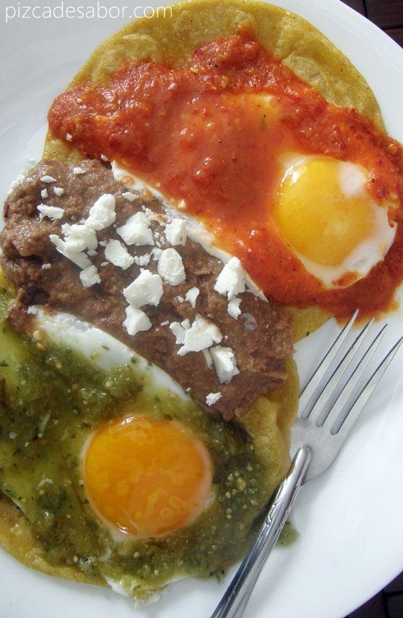 2 huevos estrellados que se sirven sobre 2 tortillas fritas y se sirve cada huevo con un tipo distinto de salsa, frijoles refritos con queso fresco o Cotjia y unos totopos.