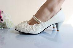 Não se preocupe se você é uma noiva alta. O UN separou sugestões lindas de sapatos mais baixos para o grande dia!