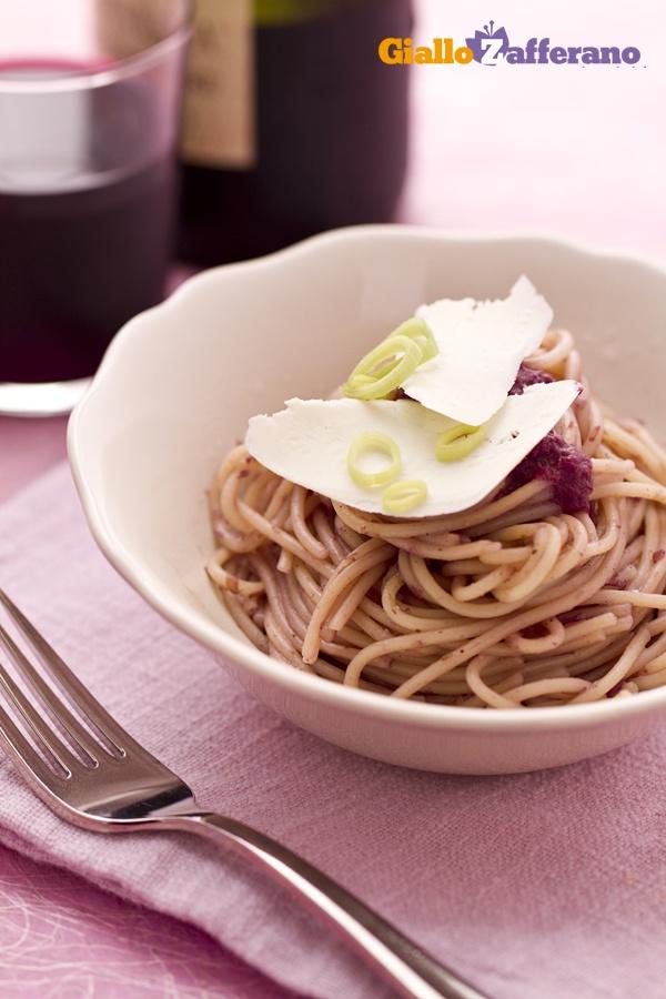 Gli SPAGHETTI UBRIACHI (drunken spaghetti) sono un primo piatto di #pasta profumato dal gusto deciso del #vino rosso. #video #ricetta #GialloZafferano #spaghetti #wine #italianfood #italianrecipe