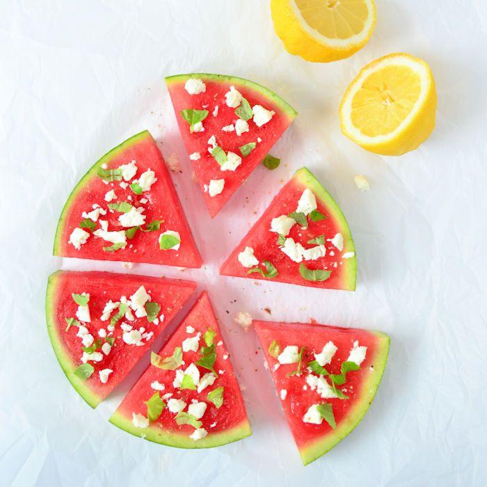 Een heerlijke snack voor warme dagen of voor bij de barbecue: watermeloen met feta en basilicum. snel en simpel om te maken!