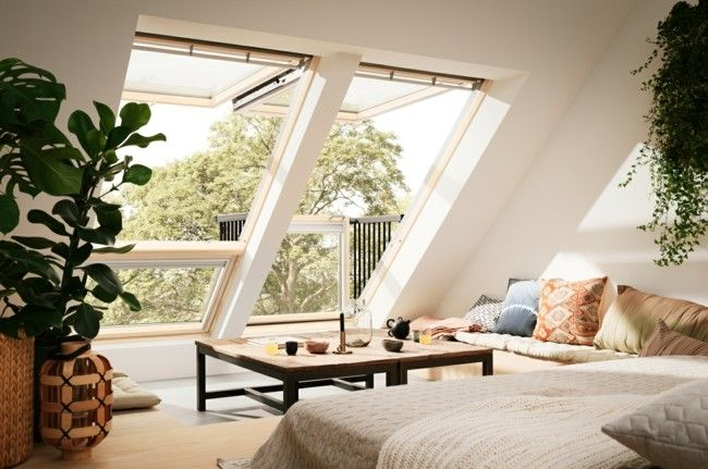komfortables Schlafzimmer  auf dem Dachboden  viel Romantik  grüne Zimmerpflanzen  geschmackvolle Einrichtung