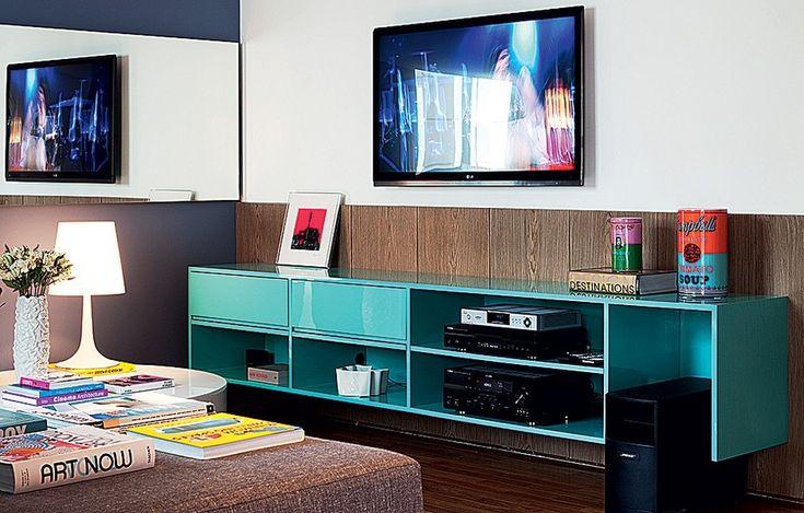 Além da cama, há outro móvel de destaque no quarto: um nicho laqueado de turquesa acomoda livros e objetos. Projeto do designer de interiores Francisco Cálio