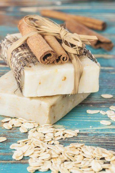Hafermilch reinigt schonend und ist daher ideal für Seifen geeignet. Mit diesem Rezept können Sie eine pflegende Hafermilch-Seife selber machen.