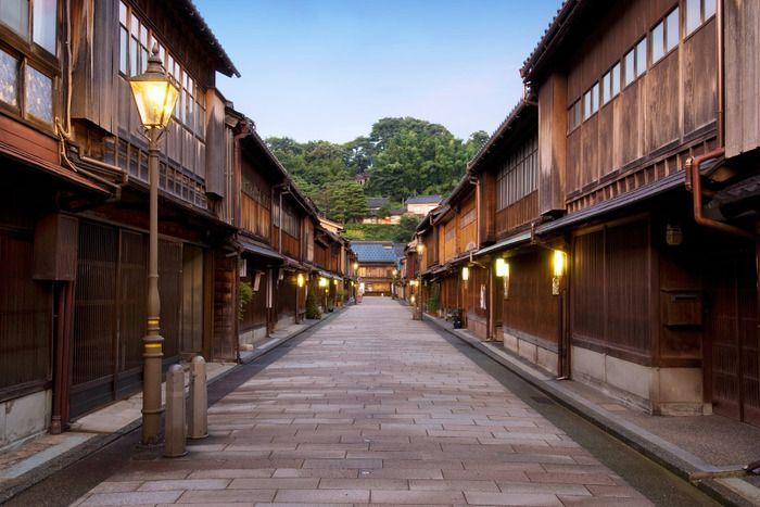 ひがし茶屋街は金沢城の北東、浅野川の北側に位置する茶屋街です。 古い街並みが残り、夕刻になれば軒灯がともる茶屋から三味線や太鼓の音がこぼれ、懐かしい日本の風情を感じられる場所となっています。