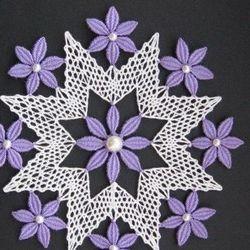 Nejrůznější hvězdy větších rozměrů mohou posloužit také jako pokrývky či dekorace na stůl. Hvězda s fialovými kvítky z much je odvozena od návrhu na červené a zelené košíčky na kraslice.