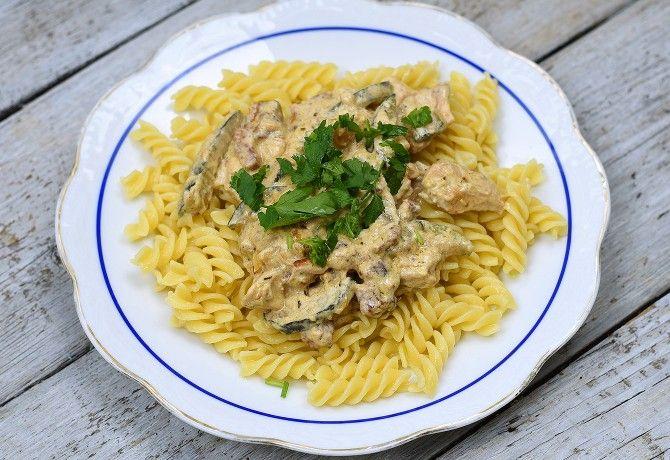 Cukkinis csirketokány recept képpel. Hozzávalók és az elkészítés részletes leírása. A cukkinis csirketokány elkészítési ideje: 35 perc