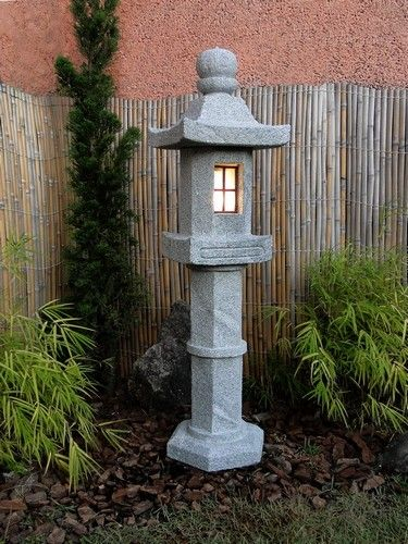 Lanterna de Pedra para Jardim Japonês. Escultura de pedra sabão.  O Modelo Nishinoya pertence à família de lanternas Japonesas denominadas de Shinto, tendo um pedestal alto como característica principal.        É entalhado em Rocha esteatita Dura, com receptáculo elétrico embutido.