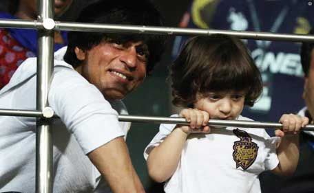 Shah Rukh Khan makes AbRam dance during cricket match [video] .. http://www.emirates247.com/entertainment/shah-rukh-khan-makes-abram-dance-during-cricket-match-video-2015-05-19-1.591164