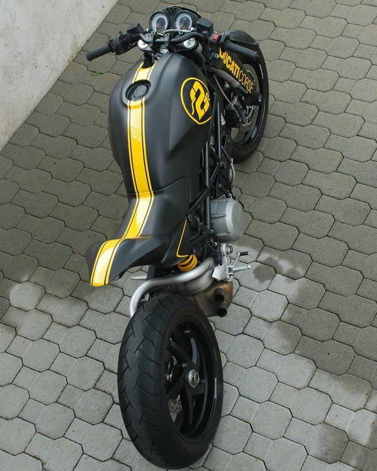 Ducati corse monster retocada, en negra y rallas amarillas, increíble