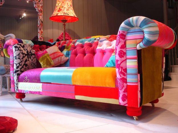 Uma opção de estampa  super colorida que modernizou o sofá de estilo Luis XV