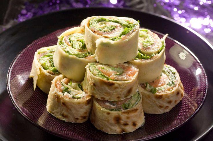 Roladki naleśnikowe z łososiem, serem feta, awokado i rukolą