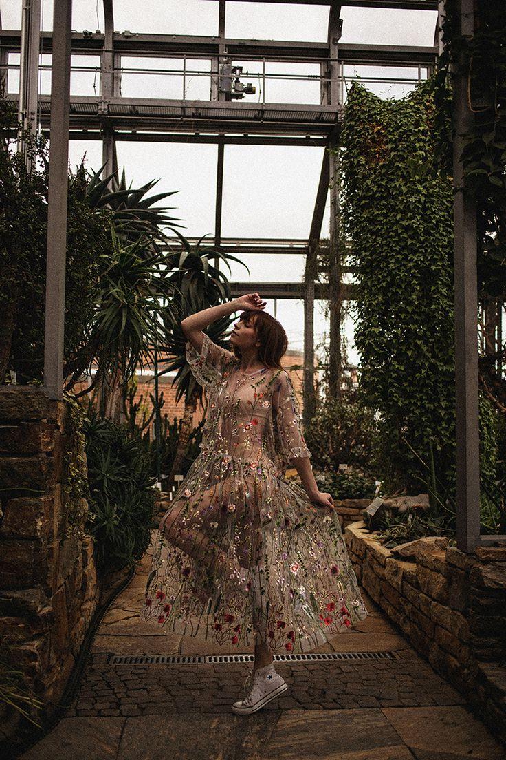 Maxi Blumenkleid Botanischer Garten Photoshoot, Tropisches Gewächshaus Fotografie Mode, Asos Saloon Maxikleid mit Blumen und Converse Sneaker, Über das Gefühl von Freiheit