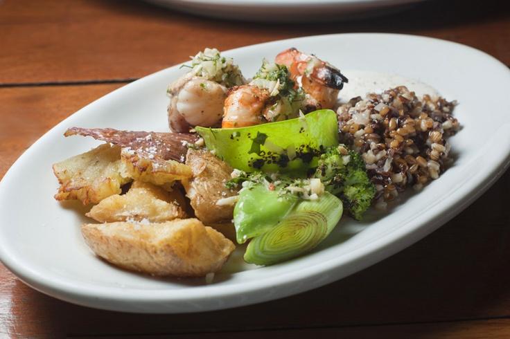 Tamboril, lagostine e camarão rosa grelhados, acompanha grãos, vegetais verdes (ervilha, tomate, alho poró e brócolis), batata doce e normal fritas e coalhada caseira.