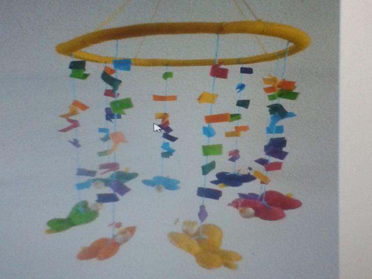 Ik houd van de regenboog! Een vlindermobiel met muziekje en draaimechanisme. Wordt op het kinderdagverblijf gebruikt boven de commode.