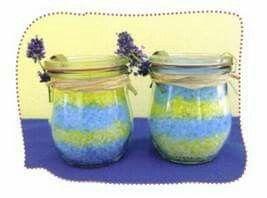 Meersalz färben mit Lebensmittelfarbe  ....Am nächsten Tag Duftöl dazu ...Ab ins Glas ..fertig!