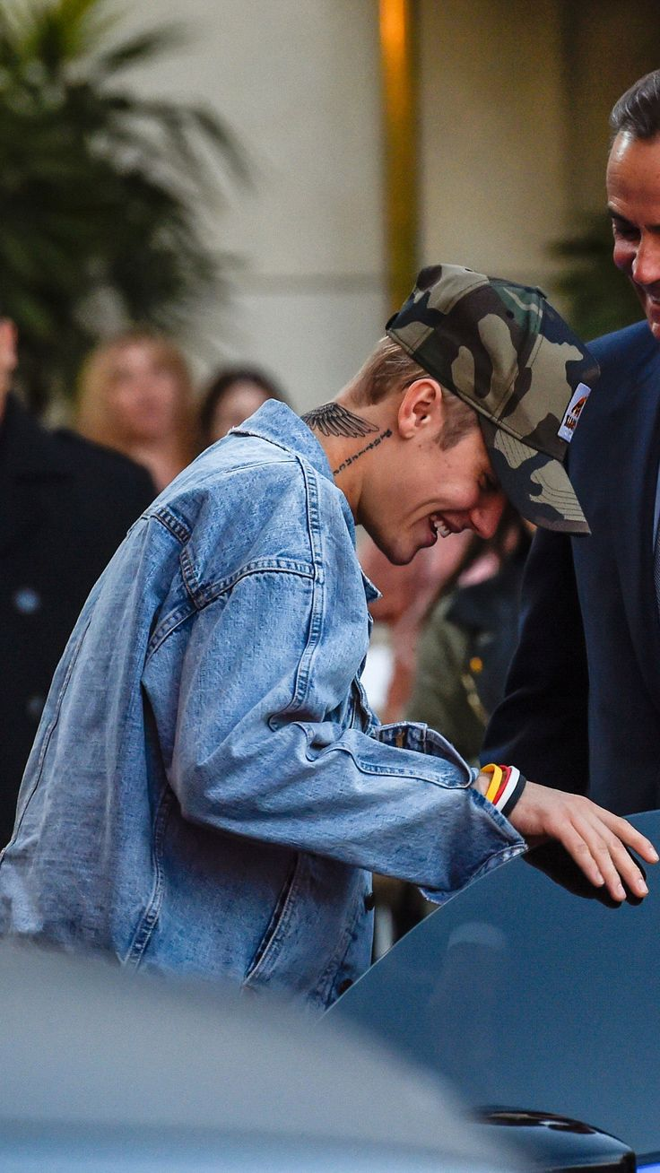 His smile, it makes my day. I can't even describe how happy i am when i see pics of Justin smiling.