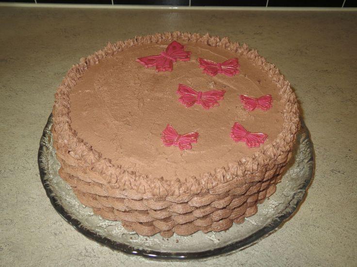 Enda en bursdagskake, denne gangen til fellesfeiring av foreldrene mine som har bursdag med en ukes mellomrom. Denne gangen falt valget på en Tropisk aroma som er den beste sjokoladekaken jeg vet! …