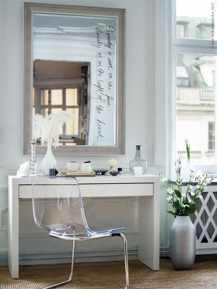 Egna reflektioner. SONGE spegel, MALM toalettbord, TOBIAS stol.