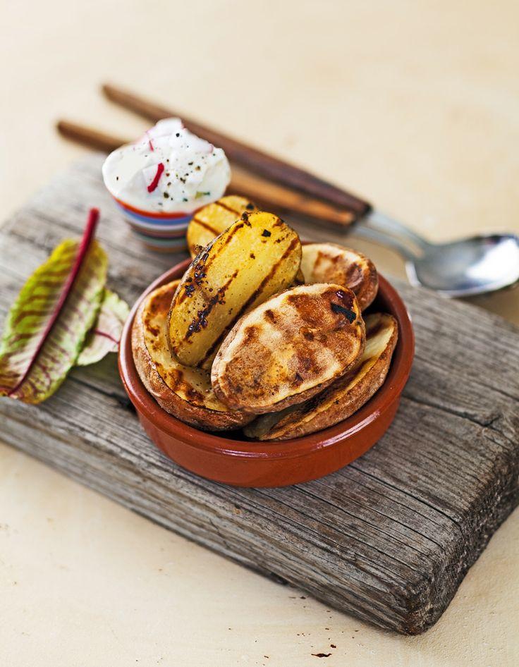 Grilli-illan potaatit Uuniperunapuolikkaat, kuorrutuksena päällä pippurijuusto-sitruuna-rosmariini-kevätsipulitahna. Kirpeyttä sitruunalla, rosmariinilla & keväsipulilla.