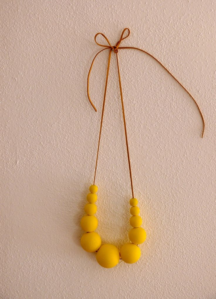 Náhrdelník+žlutý+jarní+Náhrdelník+v+krásné+svěží+žluté+barvě.+Korálky+jsou+dřevěné,+největší+korálek+má+rozměr+35+mm.+Navlečeno+na+kožené+sňůrce,+délku+si+můžete+upravit+podle+sebe.+Korálky+jsou+ručně+malované.
